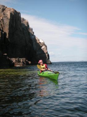 En lugn dag går det att glida fram nedanför Höglosmens 40 m höga klippor.